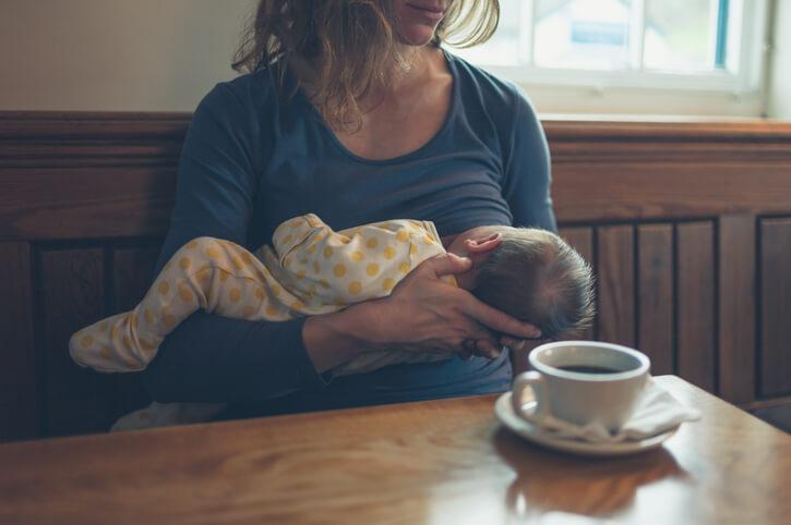 Kvinder der ammer. Bruger din baby brystet som sut? Hænger i brystet hele tiden?