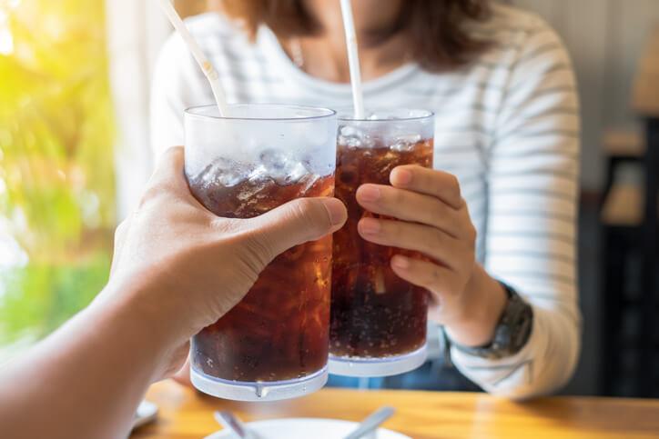 2 kvinder der drikker cola, men hvordan med cola, når man her gravid?