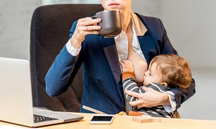 Koffein / kaffe og amning - kvinde, der drikker kaffe, men hvordan med det, når man ammer?
