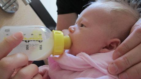 Baby får sutteflaske