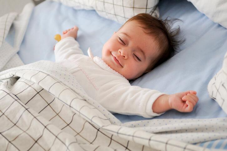 hvornår må baby sove på maven
