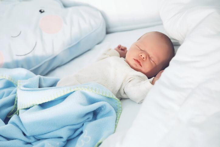 nyfødt der sover som en baby