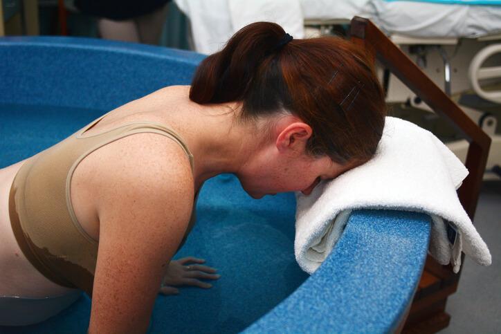 veer - kvinde i badekar med veer