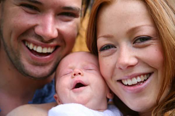 Familie med mor, far og baby