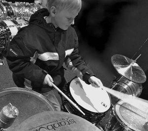 Stinus spiller trommer