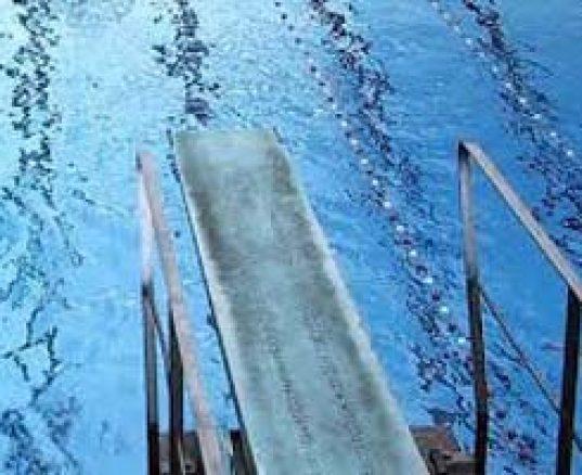 Spring fra vippe i svømmehallen