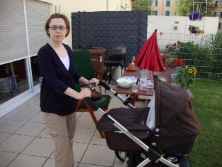 Mor ved barnevognen juni 2010