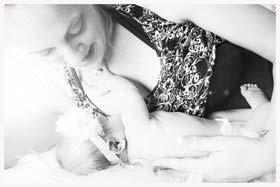 Annkari følte sig i trygge hænder og nyder sin lille Clea.