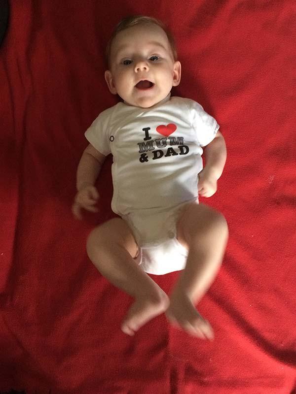 Lille Jasmin på et rødt tæppe