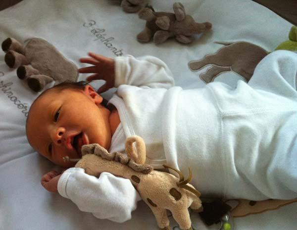 Nanna's glade baby med bamse ved sig.