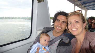 Lille baby Dane og hans forældre sammen.