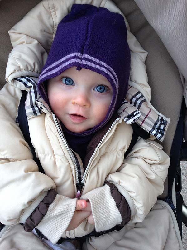 Lille fine Silja, med smukke blå øjne, pakket ind i varmt overtøj og en lilla hue.