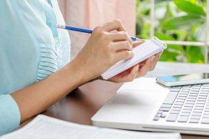 Noter på papir og ammebog på vej