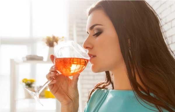 Alkohol og amning - kvinde der skal til at drikke et glas vin