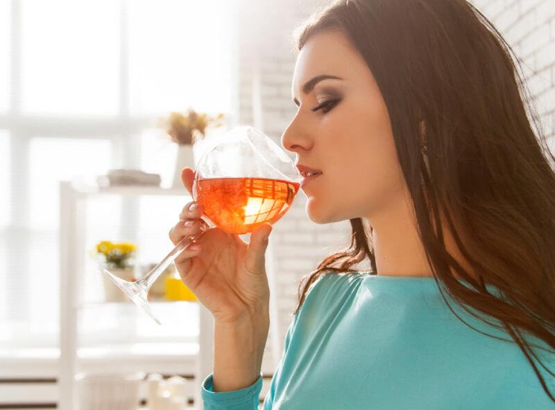 Kvinde drikker vin - hvad når man gerne vil være gravid, er gravid og ammer