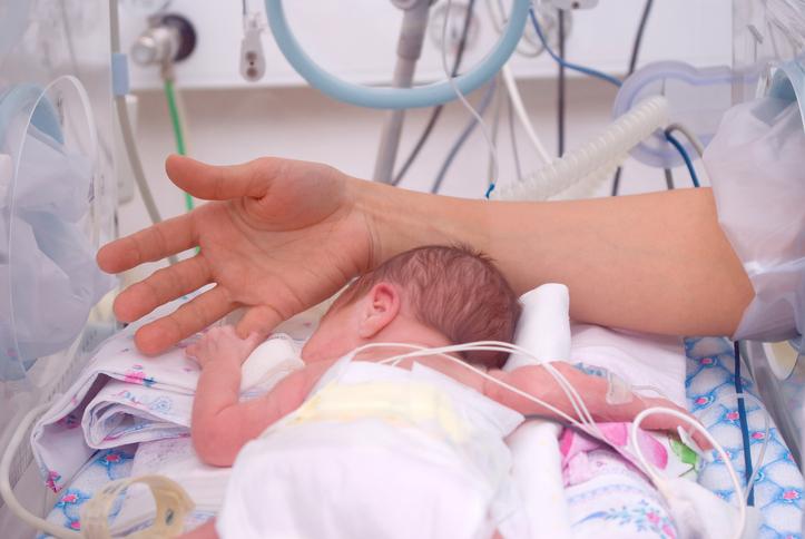 Nyfødt i kuvøse på neonatal afdelingen måske pga. abstinenser?