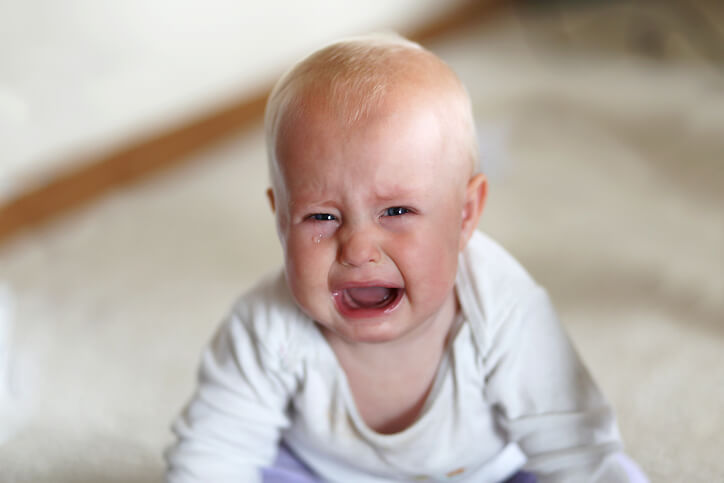 Baby, der græder med tåre.