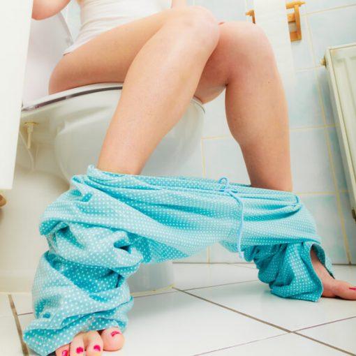 Pletblødning ved wc besøg, kvinde sidder på wc