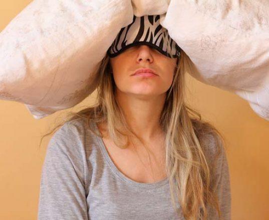 En træt kvinde der har svært ved at falde i søvn igen
