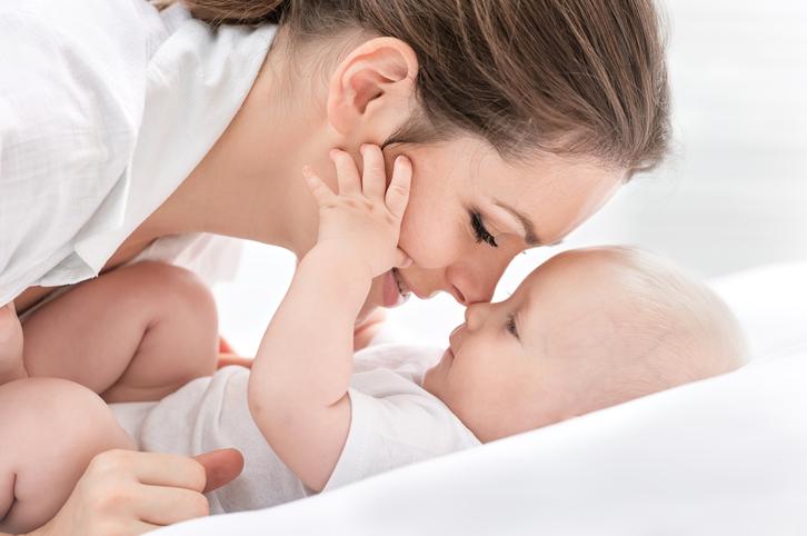 Kærlighed mellem mor og baby.