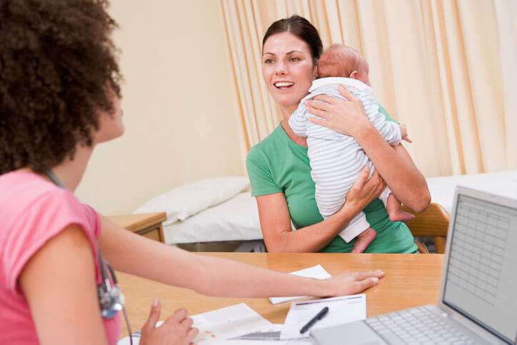 5 ugers undersøgelse hos egen læge - mor med baby