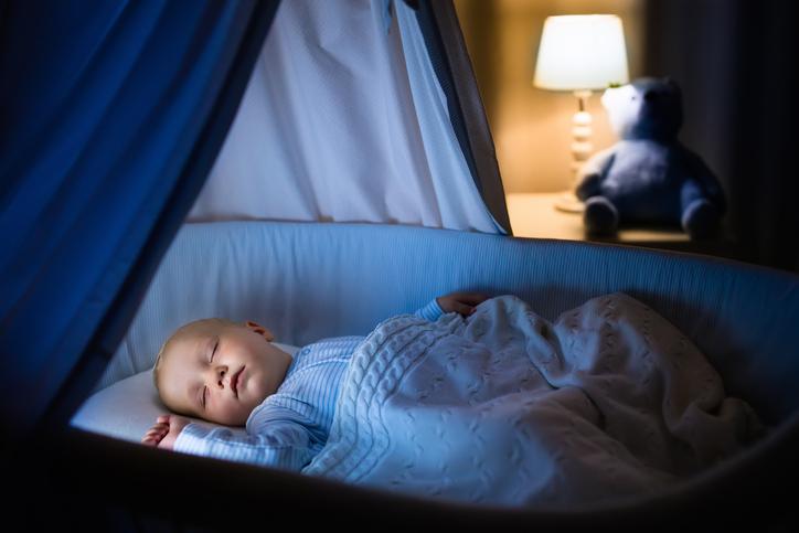 Baby sover på ryggen, forebygger vuggedød