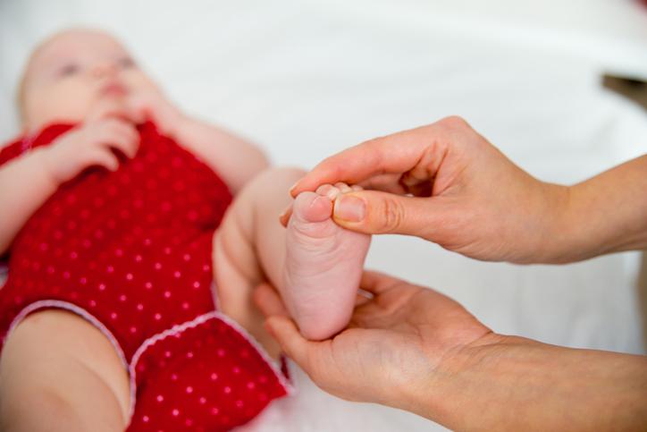 Reflekser hos baby - griberefleksen på fod og tær