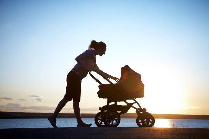 Barnevogn, kvinder der går tur med barnevognen langs stranden
