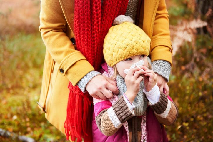 Efterarsforkølelse - pige der pudser næse