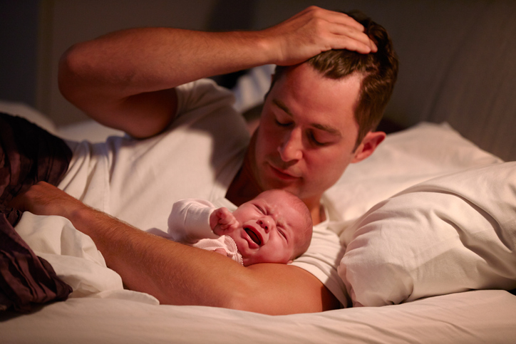 Baby vågner om natten, kan ikke blive i søvnen
