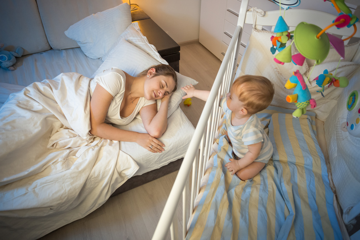 baby vågner meget tidligt, alt for tidlig vågen baby i sin seng.
