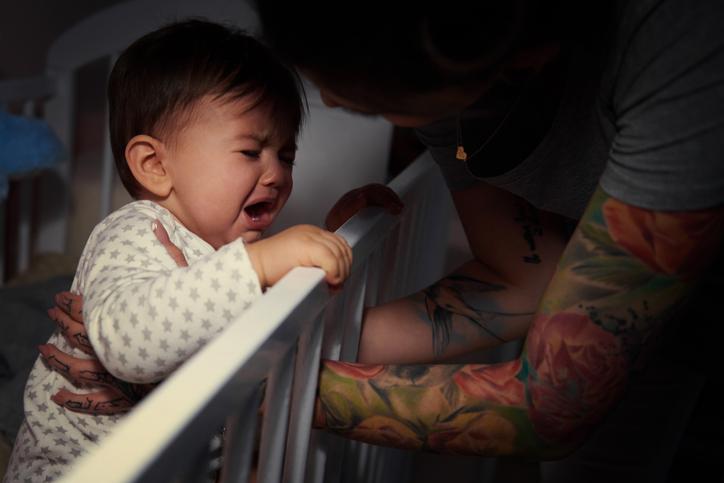 soveskræk? baby vil ikke sove og står op i sin seng.