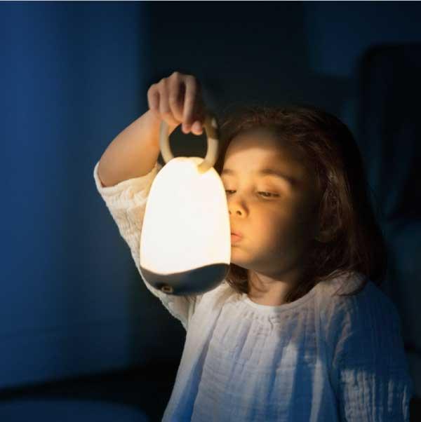 barn med natlampe der lyser i morket