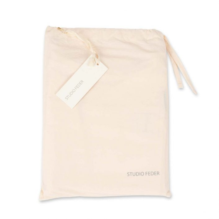 Baby Sengetøj i Powder fra Studio Feder