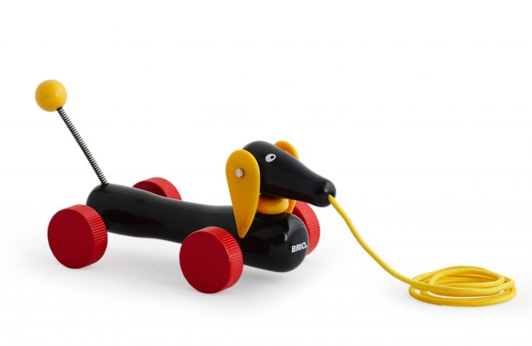 Hund i snor, den klassiske Sorte Gravhund fra Brio