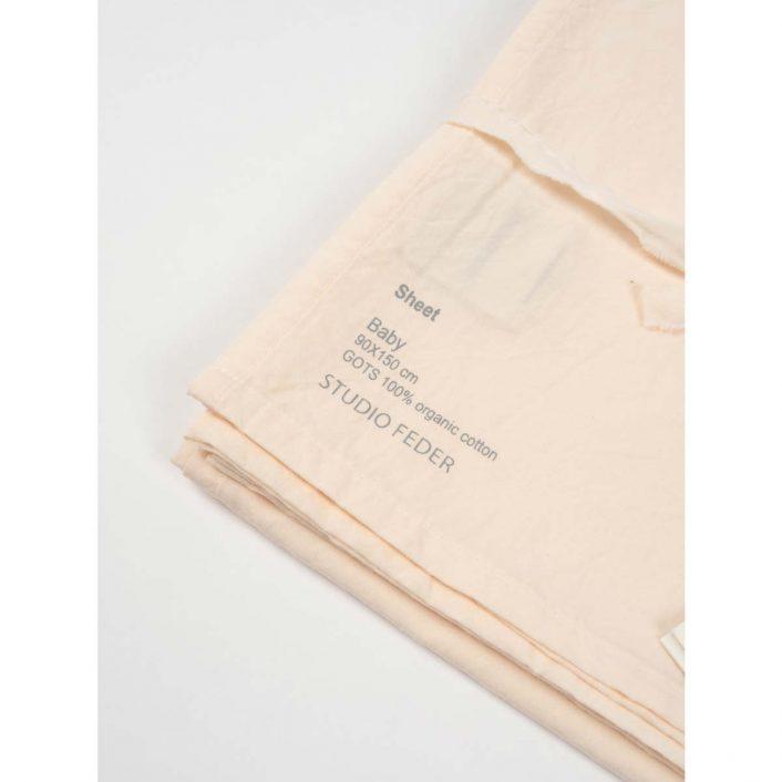 Lagen til babyseng (90x150cm) i farven Powder fra Studio Feder