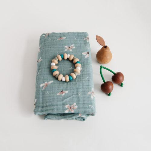 Bidering i træ med blå perler fra Cam Cam Copenhagen