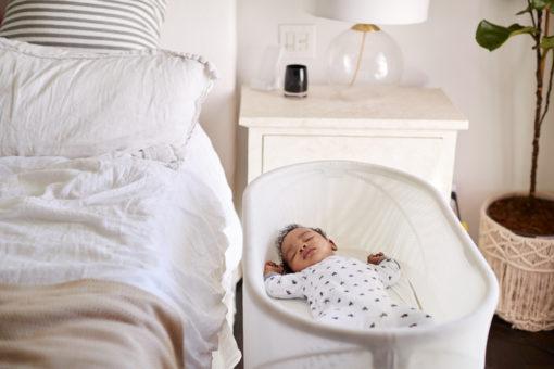 Baby 3 måneder sover ved siden af mors seng