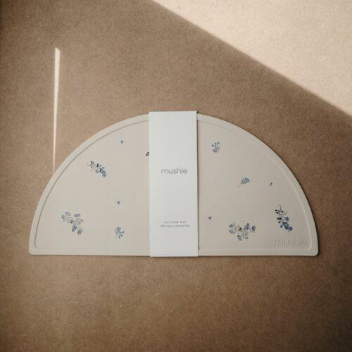 Silikone dækkeserviet i Vanilje med lyngblomster fra Mushie