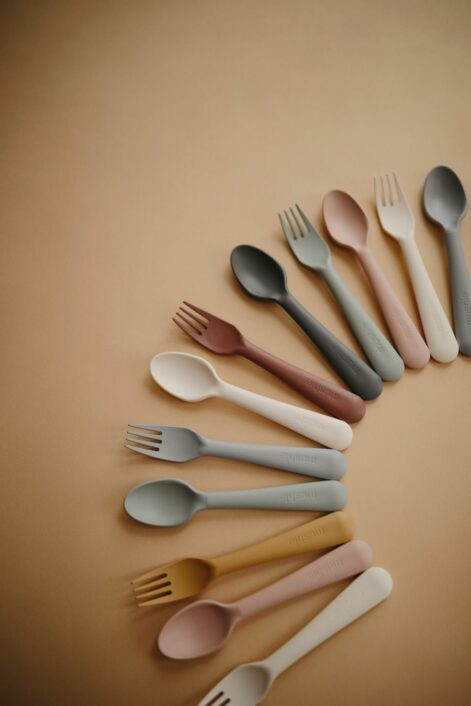 Bestik i Mørk grå, ske og gaffel fra Mushie