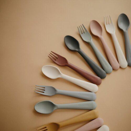 Bestik i Blush, ske og gaffel fra Mushie