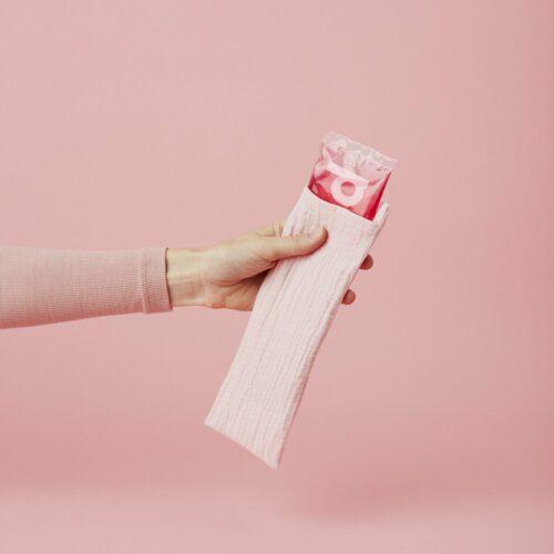 Køle/varmepose fra Momkind, inkl. 2 bomuldsomslag.