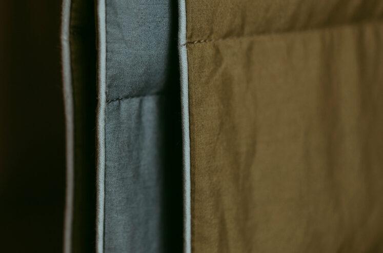 Tyngdedyne til babyer i Army/Støvet blå fra Babydynen – 2 kg.