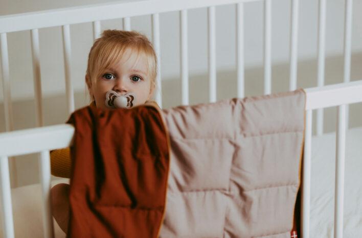 Tyngdedyne fra babydynen i caramel og rosa