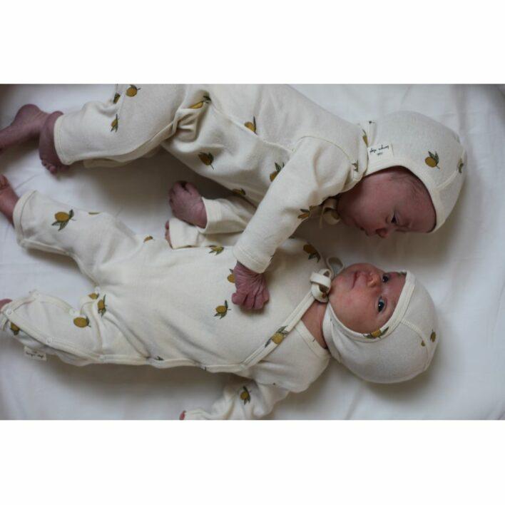 to babyer med heldragter med lemon fra konges sløjd